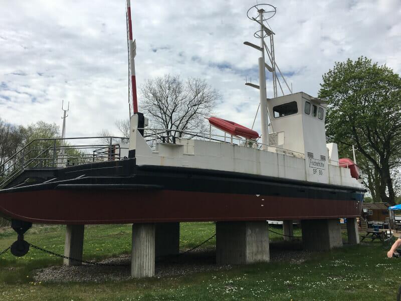 Ein Schiff in Schutzhütte - Sehenswürdigkeit am Nord-Ostsee-Kanal.