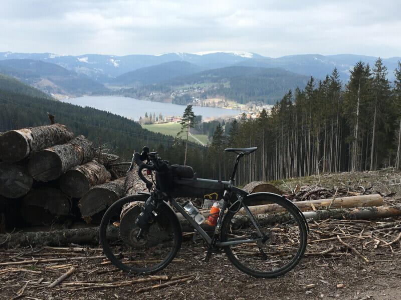 Gravelbike vor dem Titisee von oben auf dem Weg nach Saig - Schwarzwaldradweg Erfahrungen-Radweg.