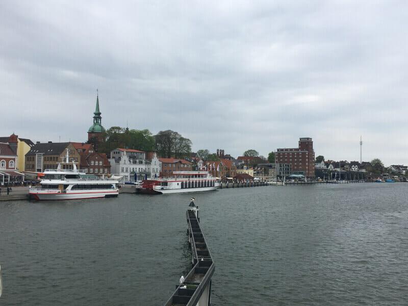 Kappeln von der Brücke aus gesehen. Hafenpromenade von Kappeln.