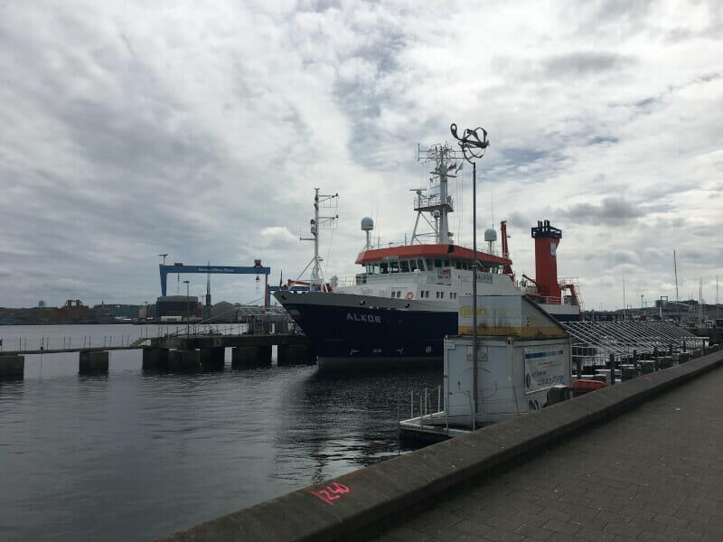 Kiel mit Schiff am Ostseeküstenradweg.