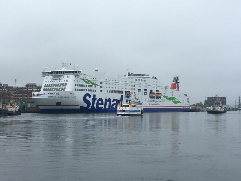 Kreuzufahrtschiff in Kiel am Ostseeküstenradweg