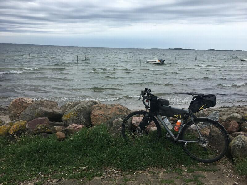 In Steinberghaff mit Blick auf die Ostsee mit meinem Gravelbike.