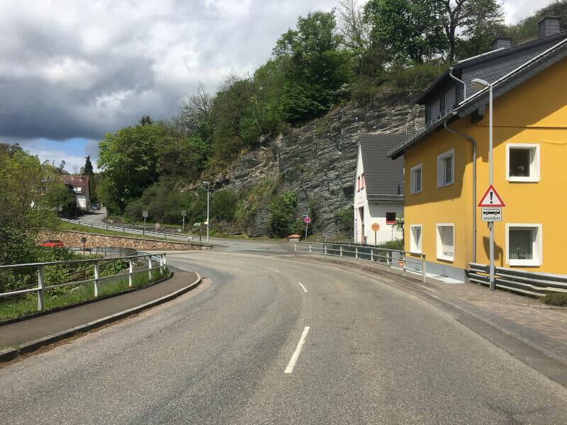 Bergauf nach Adolfseck am Limesradweg.