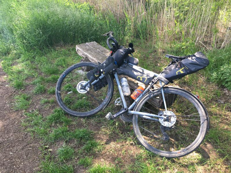 Pause bei Reichelsheim. Gravel-Fahrrad auf der Bank.