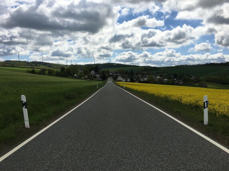 Windräder und Straße zwischen Martenroth und Grebenroth.